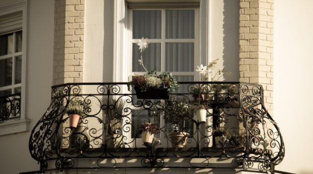 Jakie firany wybrać na balkon? Poznaj 3 najważniejsze zasady