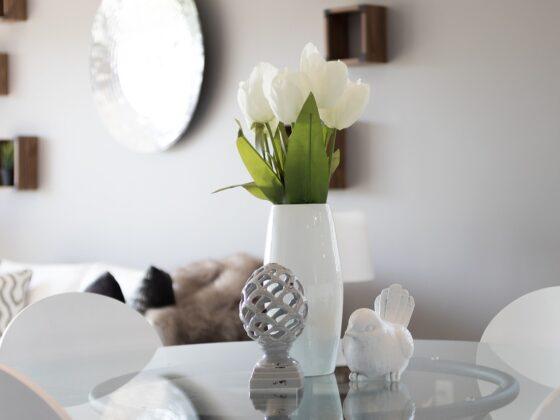 Jak urządzić salon z białymi meblami? 3