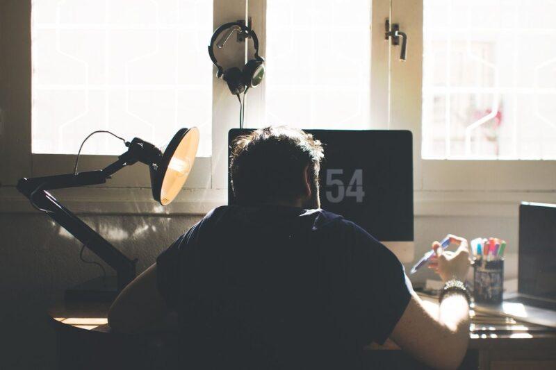 Do nauki, czytania i relaksu. Jaką lampkę wybrać na biurko? 1