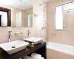 Remont łazienki – naprawa pęknięć w szafkach