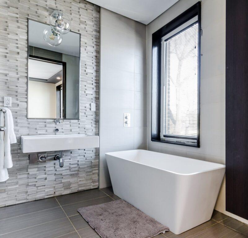Okno w łazience – jak je zaaranżować, aby zyskać prywatność? 1