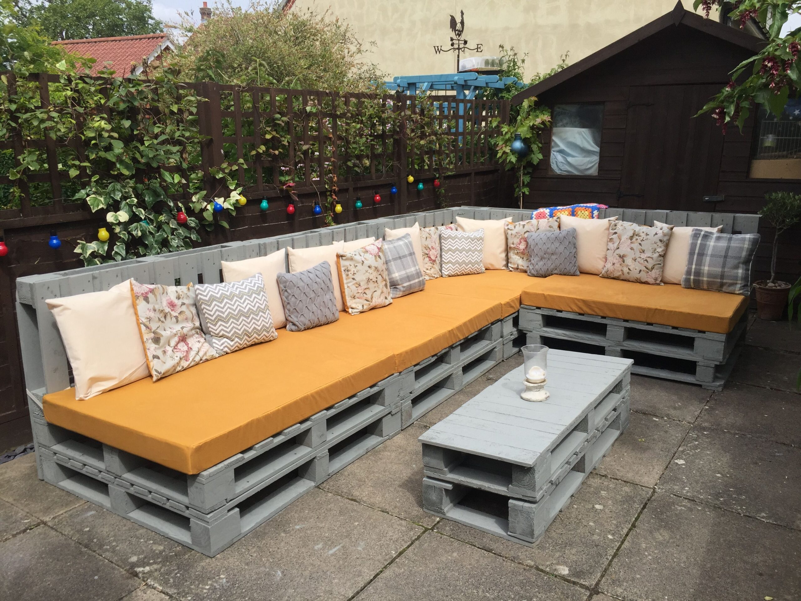 kanapa z palet w ogrodzie
