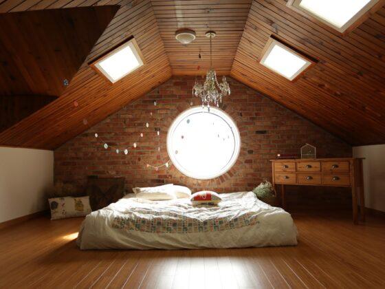 Sypialnia na poddaszu ze skosami, jak ją urządzić modnie i funkcjonalnie? 6