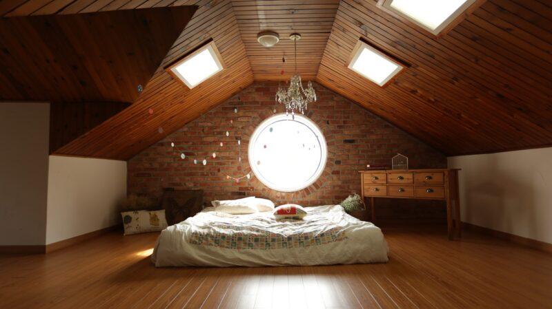 Sypialnia na poddaszu ze skosami, jak ją urządzić modnie i funkcjonalnie? 1