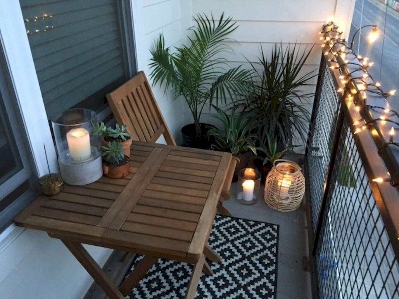 mały stolik na balkonie
