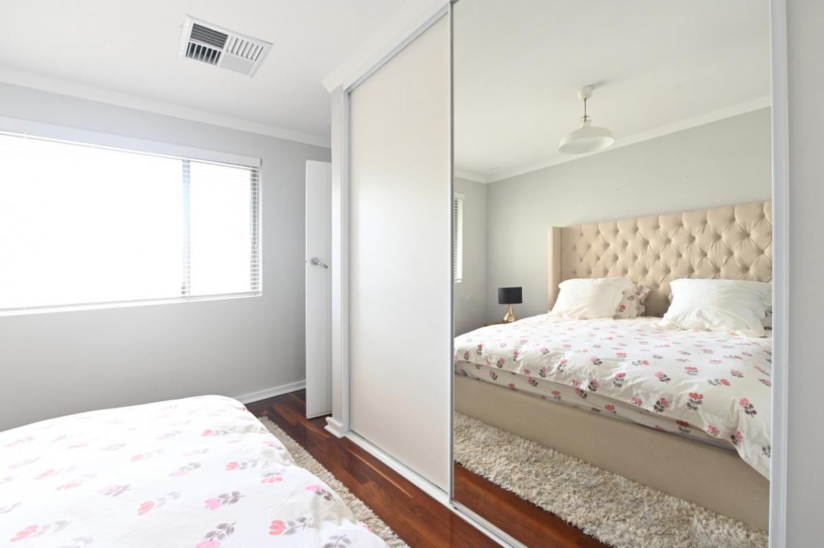 szafa do zabudowy z lustrem w sypialni